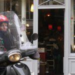 Paris 50 kvinna med vespa